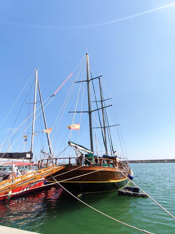 Barco antiguo en Puerto de Cambrils