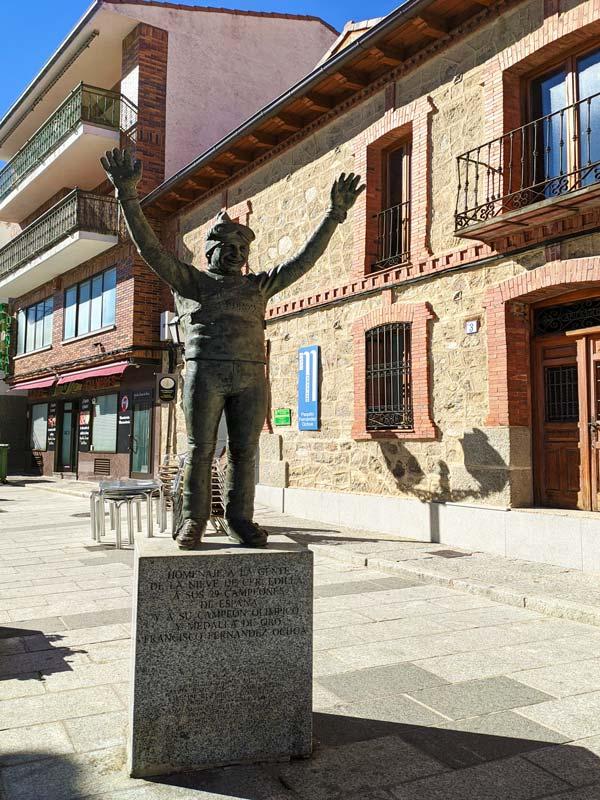 Estatua a Fernández Ochoa, en Cercedilla