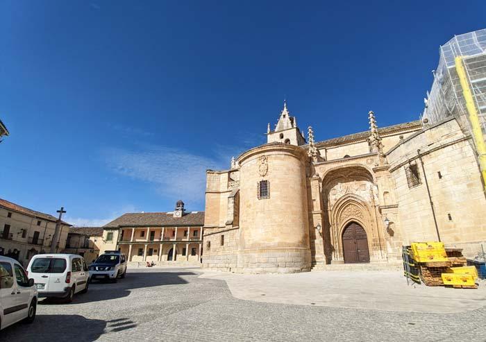 Plaza Mayor e iglesia en Torrelaguna