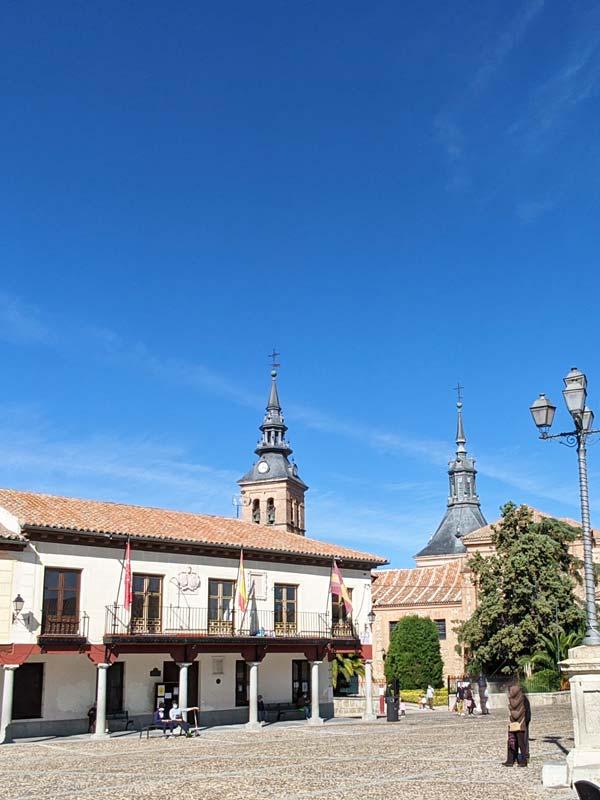 Vista de la Plaza de Segovia e Iglesia de Nuestra Señora de la Asunción en Navalcarnero