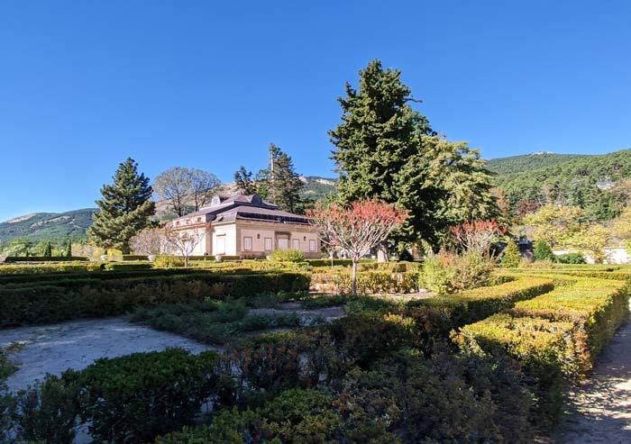 Vista de la Casita del Infante y jardines, en San Lorenzo del Escorial