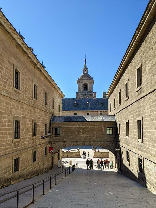 Cuesta de bajada hacia el Monasterio y Oficina de Turismo en San Lorenzo del Escorial