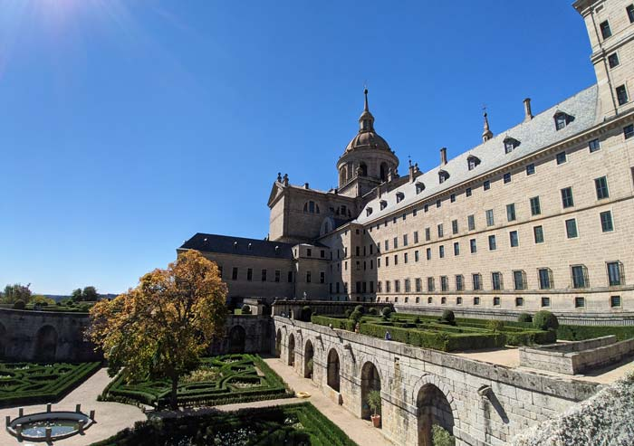 Jardines y fachada del Monasterio de San Lorenzo del Escorial