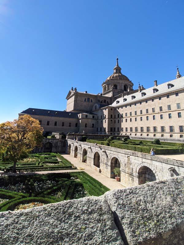 Vista trasera del monasterio y jardines del Escorial