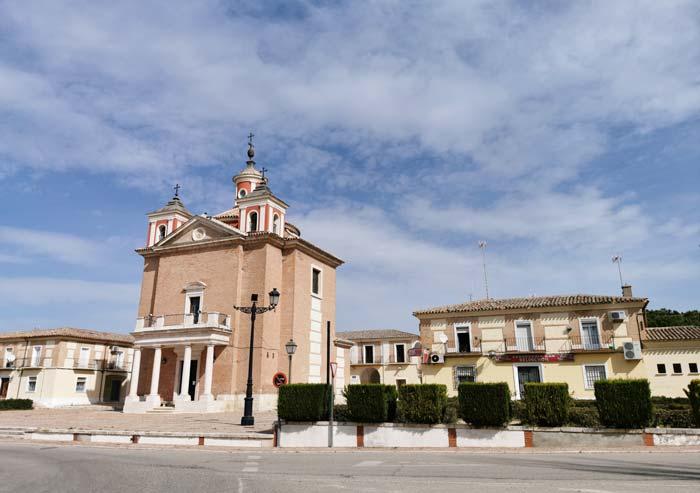 Plaza Mayor e Iglesia de El Cortijo de San isidro