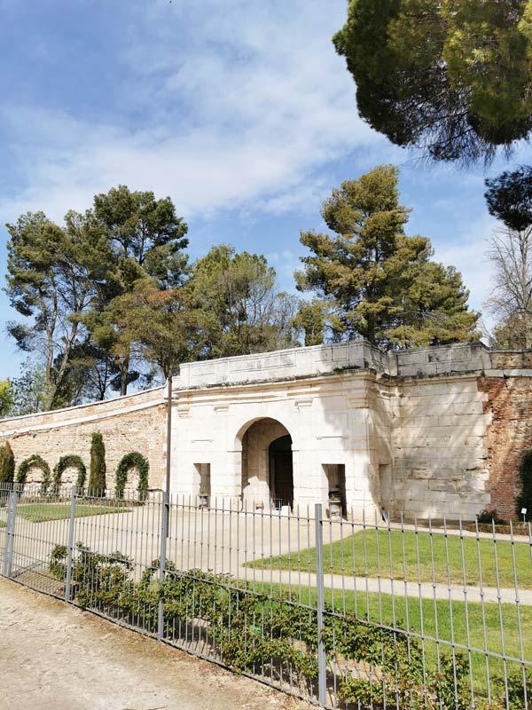 Portada y fachada de la Real Bodega de San Isidro