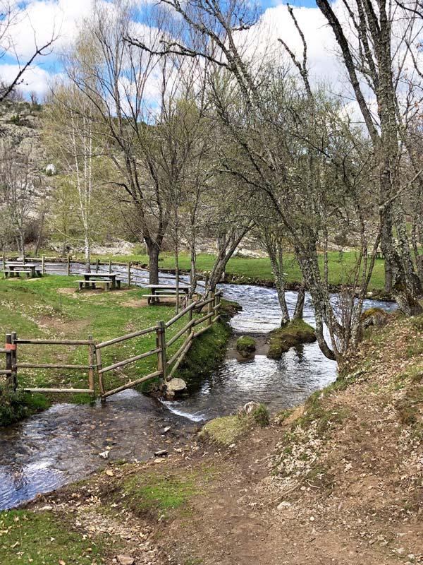 Río y prado en La Hiruela