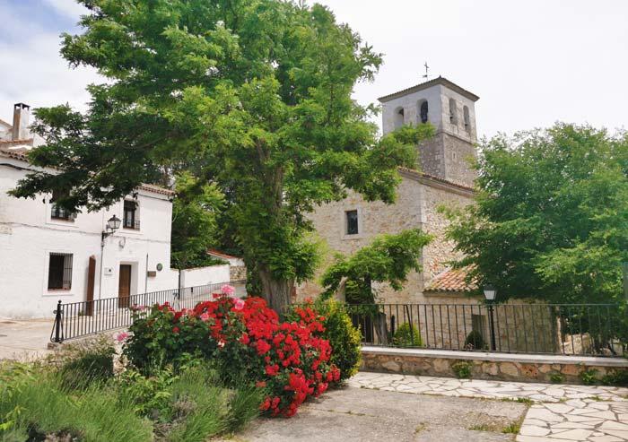 Plazoleta e Iglesia de San Pedro, en Olmeda de las Fuentes