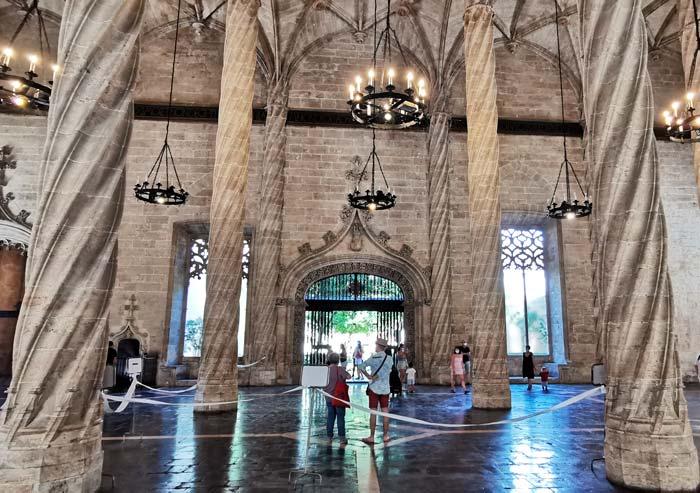 Interior de la Lonja de la Seda en Valencia